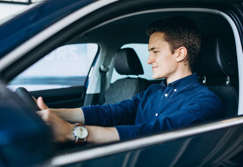 mladý muž za volantem