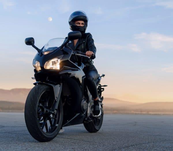 GPS lokátor pro motocykly - zena na motorke